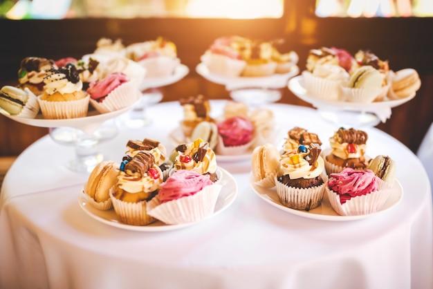 Sobremesas coloridas saborosas na festa de aniversário