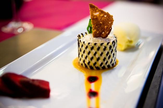 Sobremesas com frutas, mousse de biscoito em um casamento.