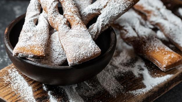 Sobremesas de alto ângulo cobertas de açúcar de confeiteiro