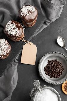 Sobremesas de chocolate de alto ângulo com etiqueta e grãos de café