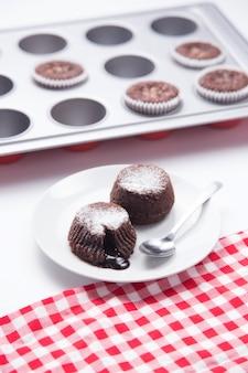 Sobremesas de chocolate fora de formas em um prato