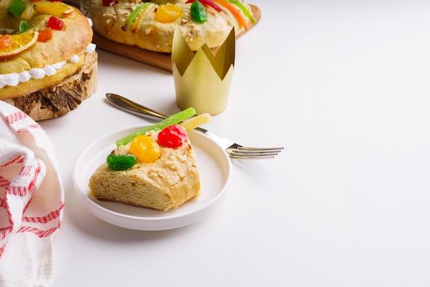 Sobremesas de dia de epifania em alto ângulo com doces