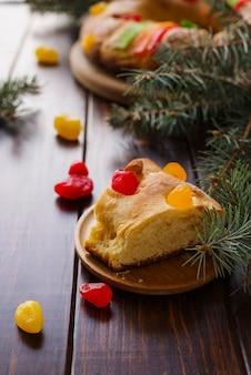 Sobremesas de dia de epifania em alto ângulo com pinheiro