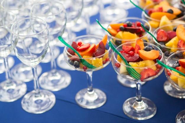 Sobremesas de frutas na mesa para um evento festivo ou jantar