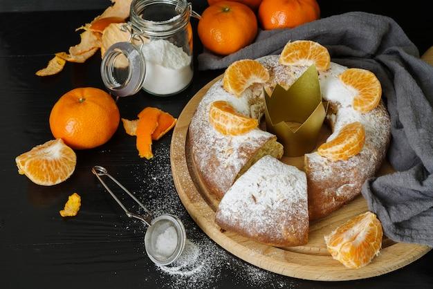 Sobremesas do dia da epifania com laranja e coroa