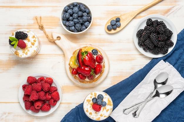 Sobremesas doces com frutas frescas na madeira.