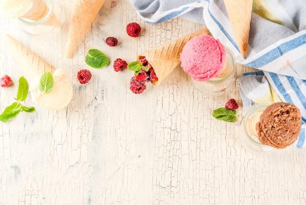 Sobremesas doces de verão e sobremesas, vários tipos de sorvete em cones rosa