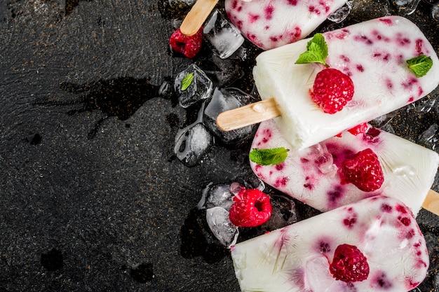 Sobremesas doces de verão, picolés caseiros de sorvete orgânico de framboesa e iogurte