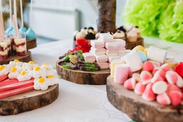 Sobremesas e bolo de casamento com os cupcakes muito doces em um evento.