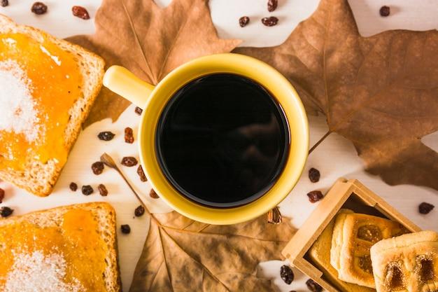 Sobremesas e folhas close-up perto de café