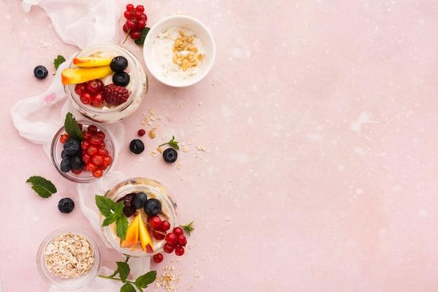 Sobremesas naturais saudáveis cópia espaço
