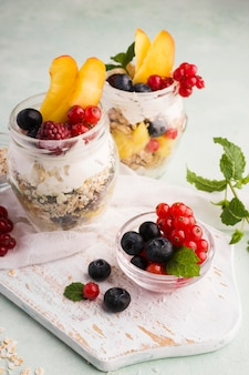 Sobremesas naturais saudáveis em copos transparentes