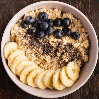 Sobremesas naturais saudáveis fatias de banana e frutas vermelhas