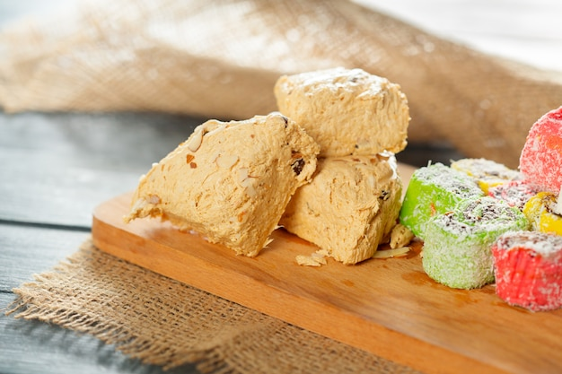 Sobremesas orientais tradicionais em fundo de madeira