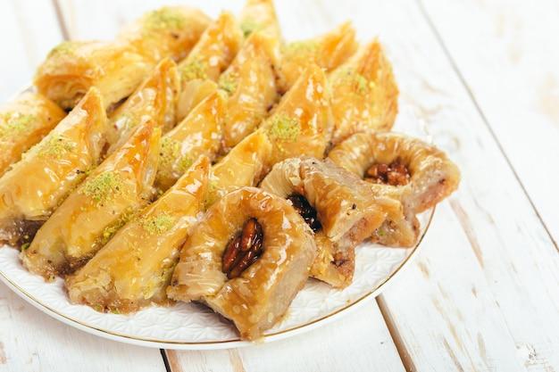 Sobremesas orientais tradicionais na superfície de madeira
