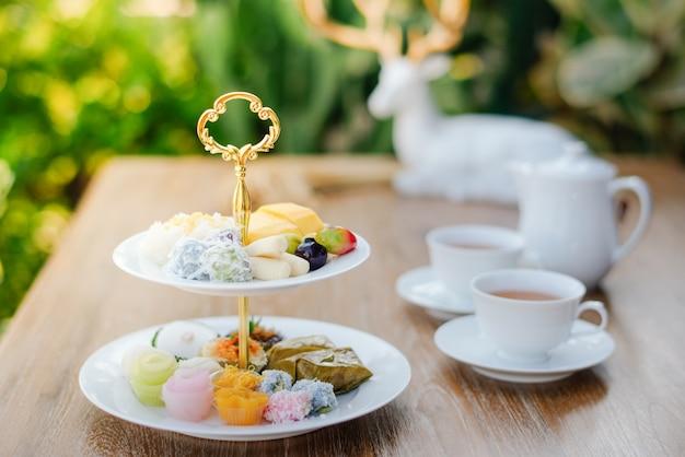 Sobremesas tailandesas e chá tailandês quente pela manhã