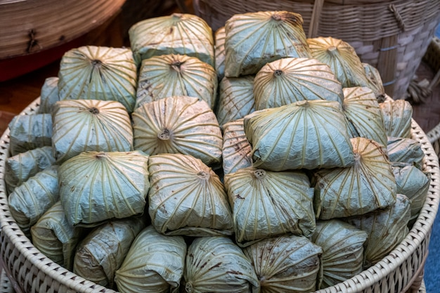 Sobremesas tailandesas em bandejas preparadas para venda