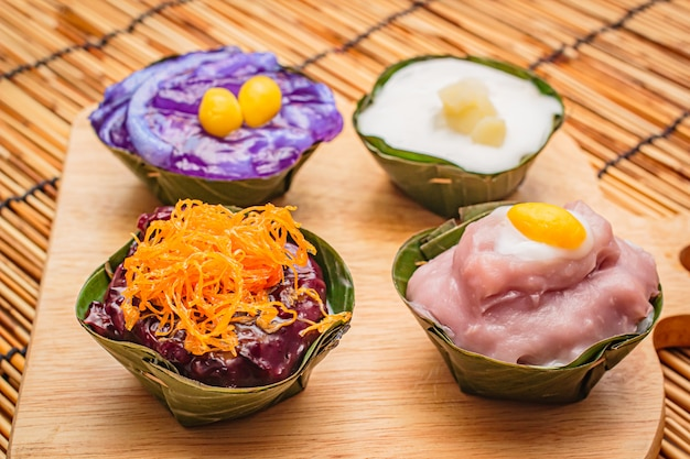 Sobremesas tailandesas na folha da banana, há muitos coloridos.