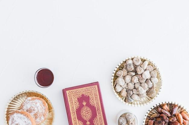 Sobremesas tradicionais e livro do alcorão