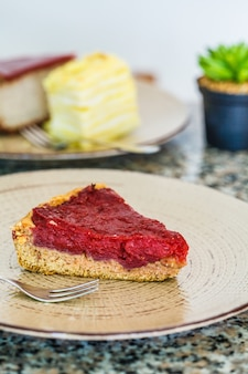 Sobremesas vegan de bolo de baga, bolo de napoleão e cheesecake no restaurante