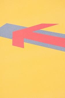 Sobreposição de linha de seta em fundo amarelo