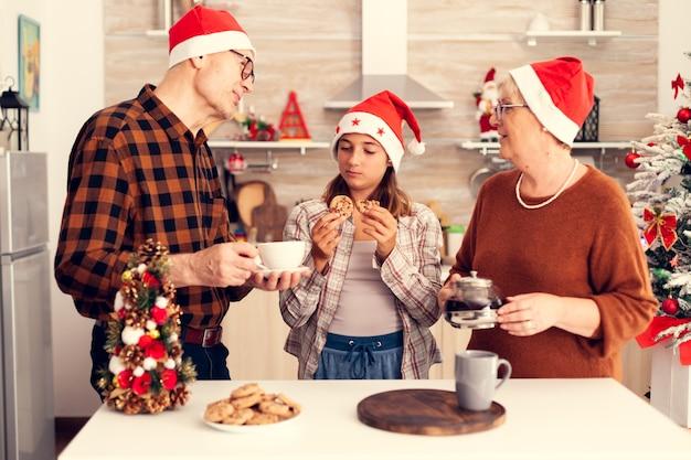 Sobrinha curtindo o tempo com os avós comemorando o natal