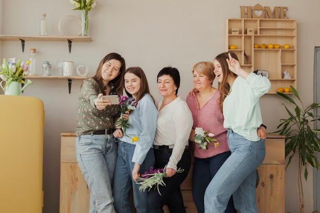 Social club feminino tirando uma foto