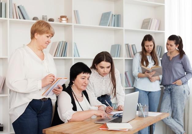 Social feminino reunião passar tempo dentro de casa