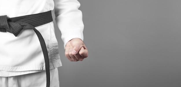 Soco masculino caucasiano. fazendo karatê. artes marciais