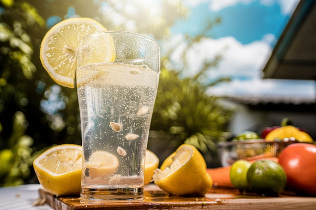 Soda lamon water em vidro transparente