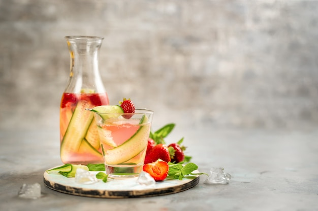 Soda morango e pepino em fundo cinza