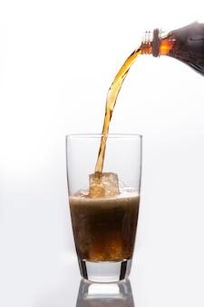 Soda que derrama em vidro