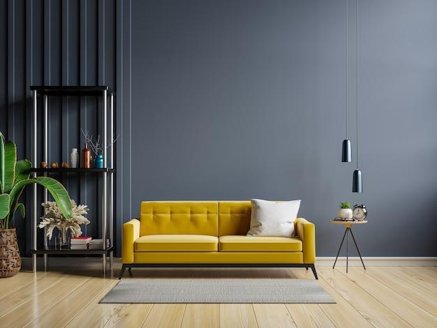 Sofá amarelo e uma mesa de madeira no interior da sala de estar com planta, parede azul escuro.