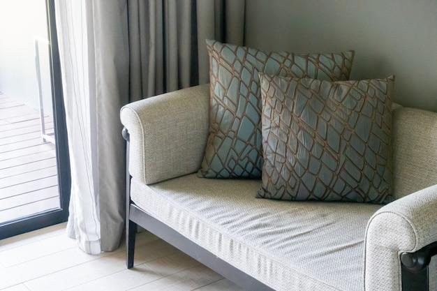 Sofá bonito e confortável da decoração dos travesseiros