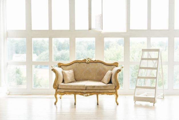 Sofá clássico retro com detalhes dourados