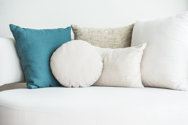 Sofá com almofadas e um azul
