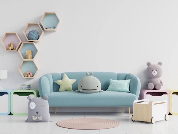 Sofá com brinquedos macios na parede branca