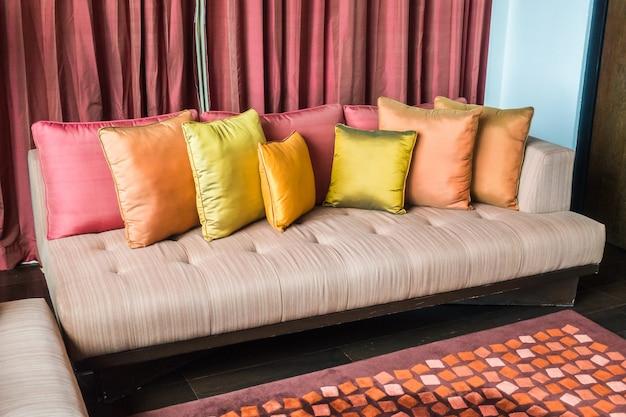 Sofá com diferentes tipos de almofadas