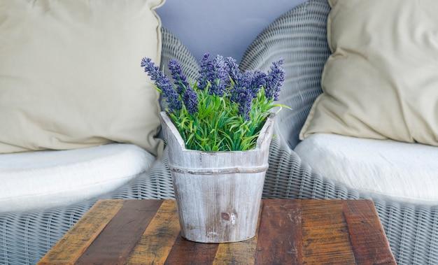 Sofá da sala de estar com mesa de café e flor