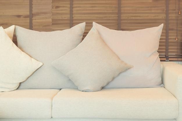 Sofá de cor bege na sala de estar