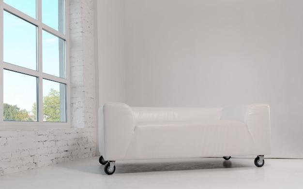 Sofá de couro branco moderno com rodas na sala branca e janela