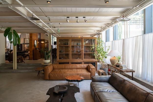 Sofá de couro e móveis de madeira na sala de estar
