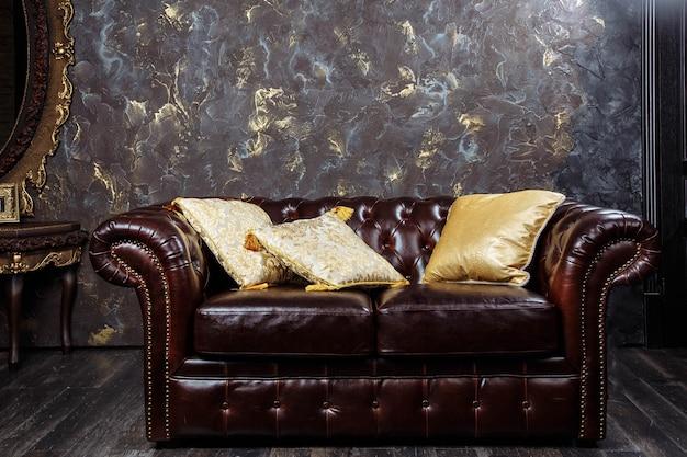 Sofá de couro no interior de luxo estilo vintage