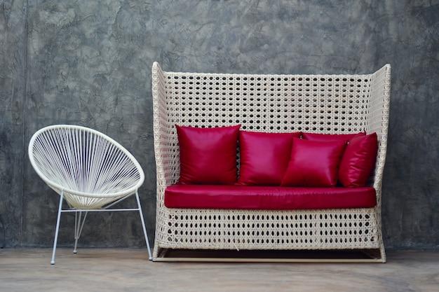 Sofá de couro vermelho com travesseiro