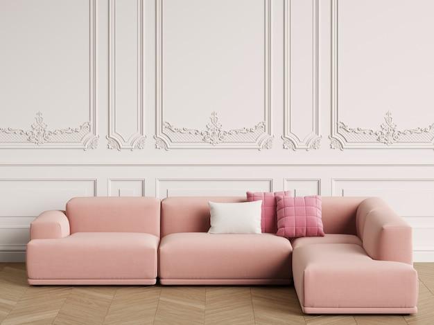 Sofá de design escandinavo moderno no interior clássico