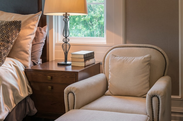 Sofá de luxo no interior de quarto de estilo clássico