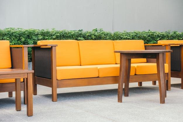 Sofá de madeira e cadeira