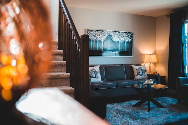 Sofá de tecido cinza em casa aconchegante