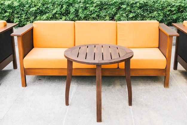 Sofá e cadeira de madeira