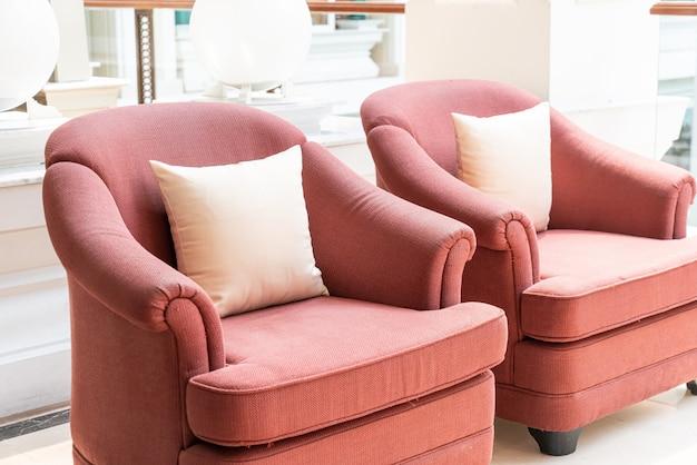 Sofá e cadeira vazios com almofadas